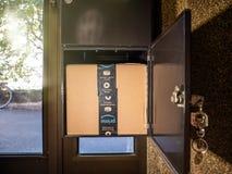 Amazon Prime-Papppaket im offenen Briefkasten lizenzfreie stockfotos