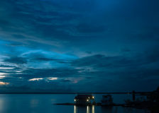 Amazon River åskväder på skymning Arkivfoton