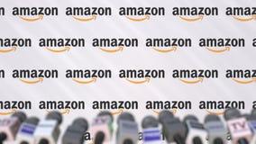 AMAZONAS-Firmenpressekonferenz, Pressewand mit Logo und mics, redaktionelle begrifflichwiedergabe 3D lizenzfreie stockfotos