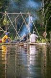 AMAZONAS-GEBIET, PERU - 28. DEZEMBER: Nicht identifizierte amazonische einheimische Männer c Lizenzfreie Stockfotografie