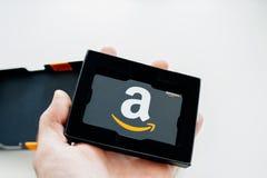 Amazonas-Gutschein in der Mannhand Lizenzfreies Stockfoto