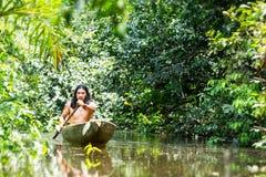 Amazonas nativas do transporte da canoa imagens de stock