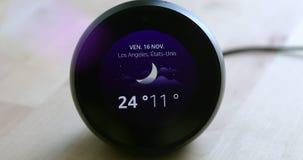 Amazone Echo Spot Showing The Weather a prévu la température de Los Angeles la Californie sur l'écran clips vidéos