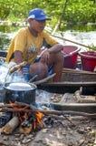 AMAZONIË, PERU - 28 DEC: Niet geïdentificeerde inheemse mens Uit de Amazone c Stock Foto