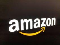 Amazonka logo na czarnej błyszczącej ścianie w Kalifornia Best Buy sklepie zdjęcie stock