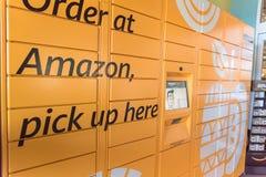 Amazonki szafka przy Whole Foods sklepu wejściem w Houston, Teksas, U Obraz Royalty Free