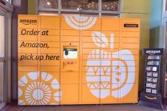 Amazonki szafka przy Whole Foods sklepu wejściem w Houston, Teksas, U Obrazy Royalty Free
