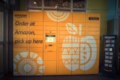 Amazonki szafka przy Whole Foods sklepu wejściem w Houston, Teksas, U Zdjęcia Stock