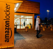 Amazonki szafka z klientem opuszcza po furgonetka pakuneczka Zdjęcie Stock