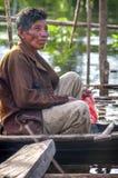 AMAZZONIA, PERÙ - 28 DICEMBRE: Uomo indigeno amazzoniano non identificato c fotografia stock libera da diritti