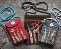 Ambacht, borduurwerk, met de hand gemaakte zakken op een grijze oude achtergrond stock foto's