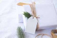 Ambacht en de met de hand gemaakte dozen van de Kerstmis huidige gift met markering Royalty-vrije Stock Foto