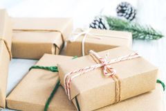 Ambacht en met de hand gemaakte de dozen van de Kerstmis huidige gift en rustieke decoratie Royalty-vrije Stock Foto
