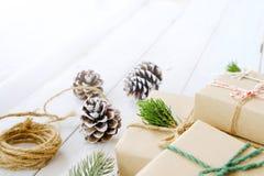 Ambacht en met de hand gemaakte de dozen van de Kerstmis huidige gift en rustieke decoratie Stock Foto