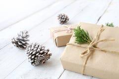 Ambacht en met de hand gemaakte de dozen van de Kerstmis huidige gift en rustieke decoratie Royalty-vrije Stock Afbeeldingen