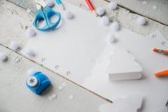 Ambacht het maken Het maken van een groetkaart Gekleurd met de hand gemaakt document, applique, Schaar, lijm, verfborstel Donkere Royalty-vrije Stock Foto's