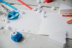 Ambacht het maken Het maken van een groetkaart Gekleurd met de hand gemaakt document, applique, Schaar, lijm, verfborstel Donkere Royalty-vrije Stock Afbeelding