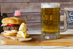 Ambachtbier met Hamburger royalty-vrije stock afbeelding