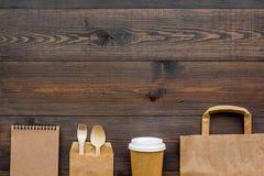 Ambachtdocument kleurenreeks Document zak, beschikbaar vaatwerk, notitieboekje op houten achtergrond hoogste meningspatroon copys stock afbeelding