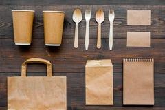 Ambachtdocument kleurenreeks Document zak, beschikbaar vaatwerk, notitieboekje op houten achtergrond hoogste meningspatroon stock afbeeldingen