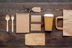 Ambachtdocument kleurenreeks Document zak, beschikbaar vaatwerk, notitieboekje op houten achtergrond hoogste meningspatroon stock foto's