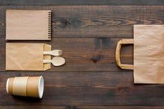 Ambachtdocument kleurenreeks Document zak, beschikbaar vaatwerk, notitieboekje op houten het exemplaarruimte van het achtergrond  royalty-vrije stock foto's