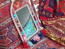 ambachten Een spiegel en tapijten met oosterse motiffs Stock Afbeeldingen