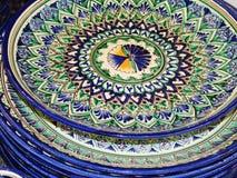 ambachten Een stapel van geschilderde schotels met een oosters patroon Ladja-2014 Stock Foto's