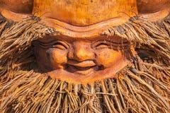Ambachten van hout worden gemaakt dat Oude mensen` s glimlach stock afbeeldingen