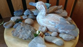 Ambachtenarragement, stenen, houten dieren Royalty-vrije Stock Afbeeldingen