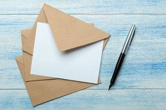 Ambachtenveloppen met spatie voor tekst op een blauwe houten lijst Hoogste mening royalty-vrije stock foto