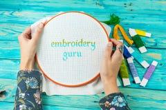 Ambachts met de hand gemaakt van letters voorziend Borduurwerk Guru Stock Foto's