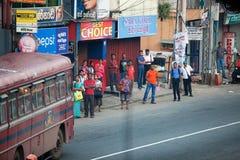 Ambalagonda,斯里兰卡- 2017年2月02日, :规则公开斯里兰卡的公共汽车站 Moring交通在城市 库存图片