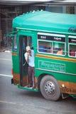 Ambalagonda, Sri Lanka - 02 Luty, 2017: Miarowa jawna Sri Lakan autobusowa przerwa Moring ruch drogowy w mieście Obraz Stock
