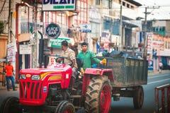 Ambalagonda, Sri Lanka - 02 Luty, 2017: Miarowa jawna Sri Lnakan autobusowa przerwa Moring ruch drogowy w mieście Zdjęcie Stock