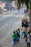 Ambalagonda, Sri Lanka - 02 Luty, 2017: Miarowego jawnego lankijczyka autobusowa przerwa Moring ruch drogowy w mieście Zdjęcia Royalty Free