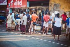 Ambalagonda, Sri Lanka - 02 Luty, 2017: Miarowego jawnego lankijczyka autobusowa przerwa Moring ruch drogowy w mieście Obrazy Royalty Free