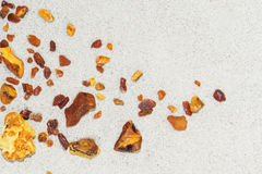 Ambarino as partes de âmbar na areia na praia Imagem de Stock Royalty Free