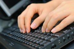 Ambas as mãos no teclado Foto de Stock