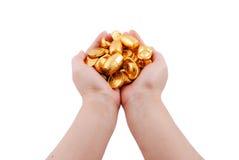 Ambas manos que sostienen monedas de oro Foto de archivo libre de regalías