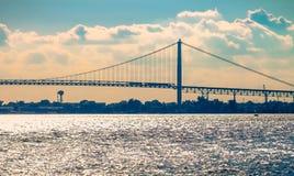 Ambassadören Bridge spänner över Detroitet River som förbinder Detroit med Windsor Royaltyfri Fotografi