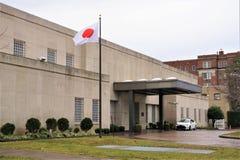Ambassad av Japan och flaggan i Washington DC fotografering för bildbyråer