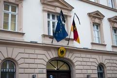 Ambassade allemande de Budapest, drapeaux après l'attaque de Berlin Images stock
