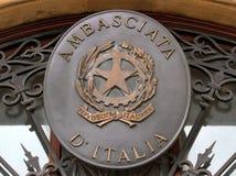 Ambassade de l'Italie sur la porte d'entrée des bureaux de l'Ambassa Photo libre de droits