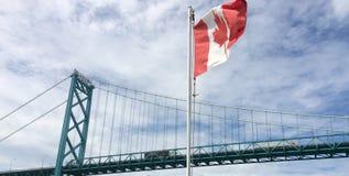 Ambassador most z kanadyjczyk flagą zdjęcie stock