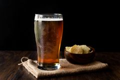 Amber Beer de restauración fresca con bocados imagen de archivo libre de regalías