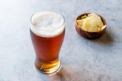 Amber Beer di rinfresco fresca con gli spuntini immagine stock libera da diritti