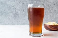 Amber Beer di rinfresco fresca con gli spuntini fotografia stock libera da diritti