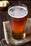 Amber Beer di rinfresco fresca con gli spuntini fotografie stock libere da diritti