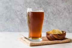 Amber Beer di rinfresco fresca con gli spuntini immagine stock